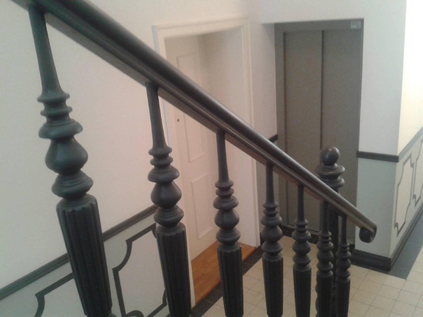 Ansicht Zum Eingangsbereich Und Zum Innenliegenden Fahrstuhl. Das  Gründerzeit Treppenhaus Wurde Komplett Kernsaniert Im Eingangsbereich
