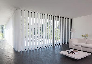 innenbeschattung mit rollos jalousien schiebevorh ngen. Black Bedroom Furniture Sets. Home Design Ideas