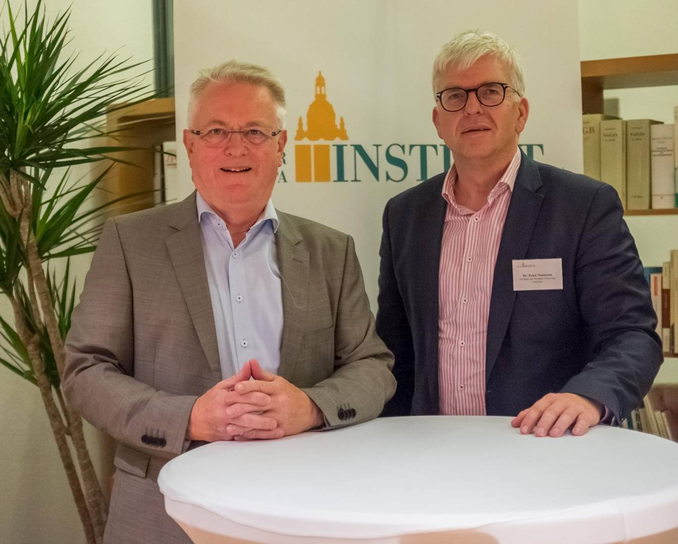 Dr. Axel Hartmann und Institutsdirektor Dr. Peter Neumann