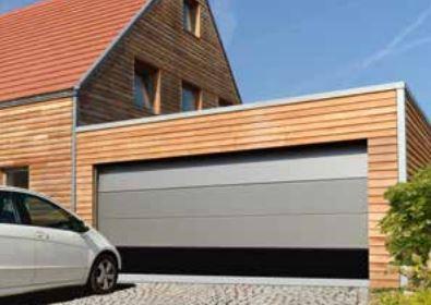 Moderne Linie. Hier Wurde In Punkto Torfarbe Und Hausfassade Ein Bewusster  Kontrast Geschaffen.