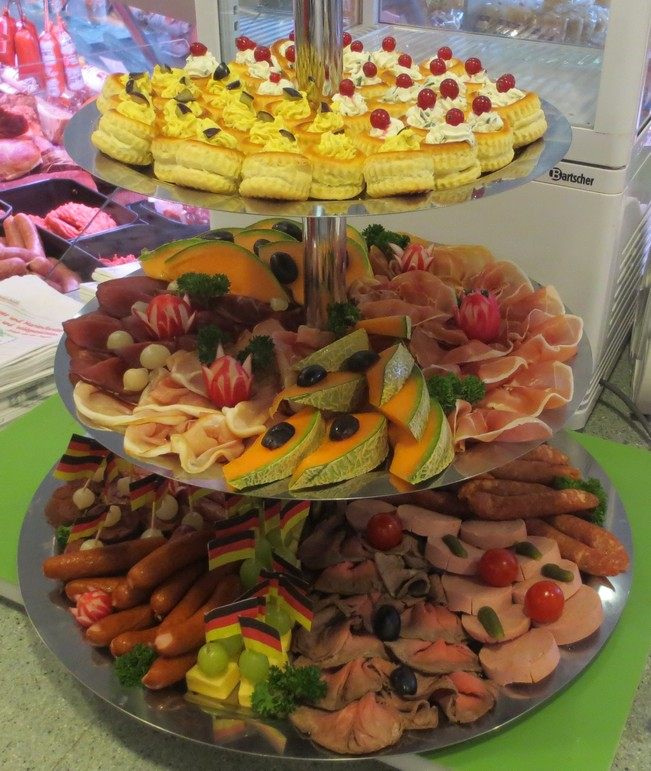 Partyservice Etagere mit Wurst, Obst, Fingerfood